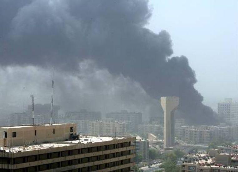 Rook beheerst na een aanslag met een autobom de lucht boven het ministerie van buitenlandse zaken in Bagdad. (AFP) Beeld