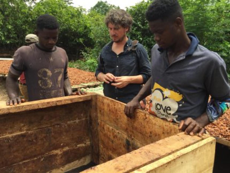 Journalist Lars Gierveld kreeg bij Nestlé opdracht om de cacaoketen te onderzoeken - het resulteerde in een hip drankje én afscheid van de journalistiek. Lars bij de cacaoboeren in Ghana.