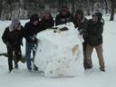 Enkele jongeren maakten een gigantische sneeuwbal.