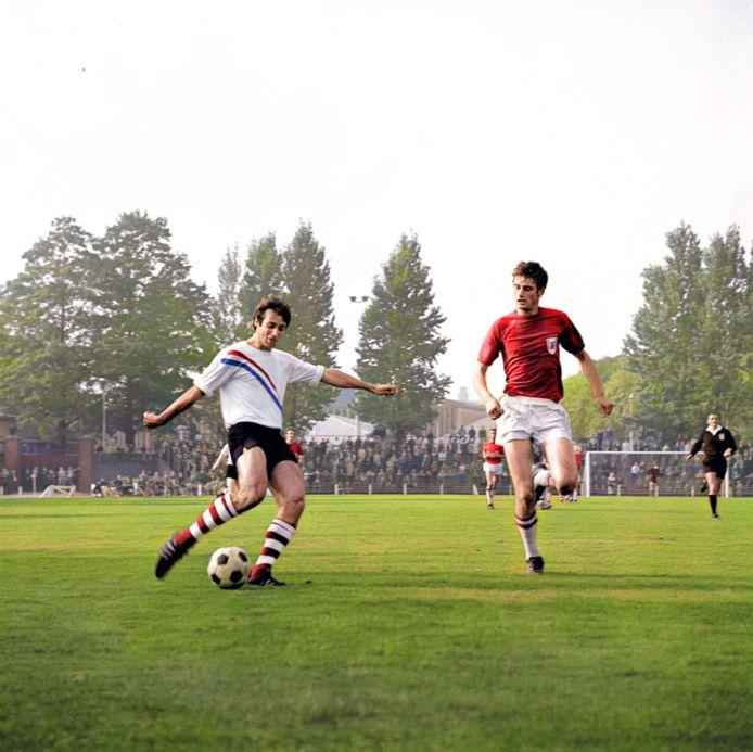 'Skiete Willy' van der Kuijlen haalt in 1969 doeltreffend uit voor PSV, tegen AZ'67.
