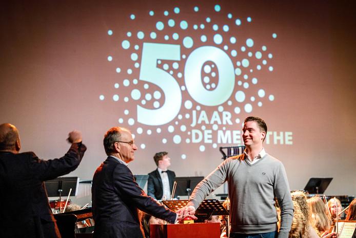 Bestuursvoorzitter Warner ten Kate en wethouder Bram Harmsma (rechts) onthulden op 4 januari het jubileumlogo van De Meenthe. Een jaar te vroeg, blijkt nu.