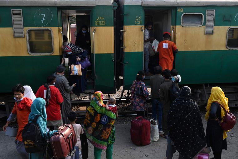 Treinongevallen komen veel voor in Pakistan, waar opeenvolgende regeringen weinig aandacht hebben besteed aan het verbeteren van het slecht onderhouden seinstelsel en de verouderde sporen. Beeld AFP