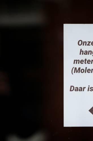 """REPORTAGE. Hoe corona voor bizarre toestanden zorgt in grensdorp: """"Mijn winkel ligt in België. Maar als je naar het toilet gaat ben je weer in Nederland"""""""