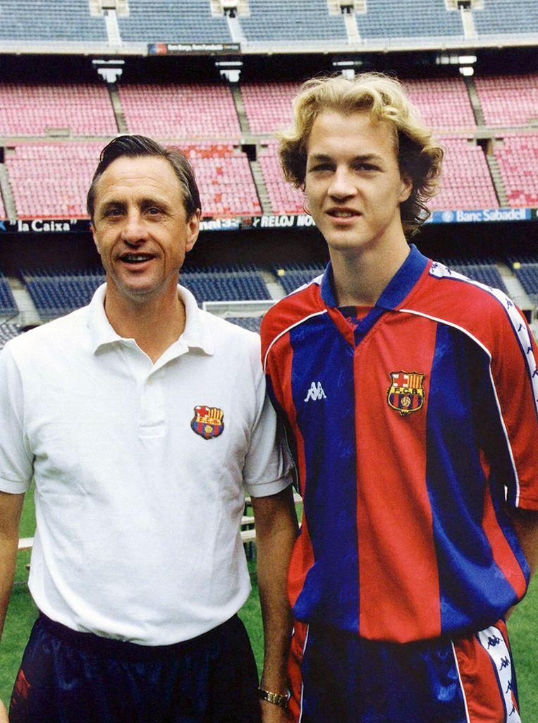 Naast zijn vader in het shirt van Barcelona (1995). Beeld Hollandse Hoogte /  ANP