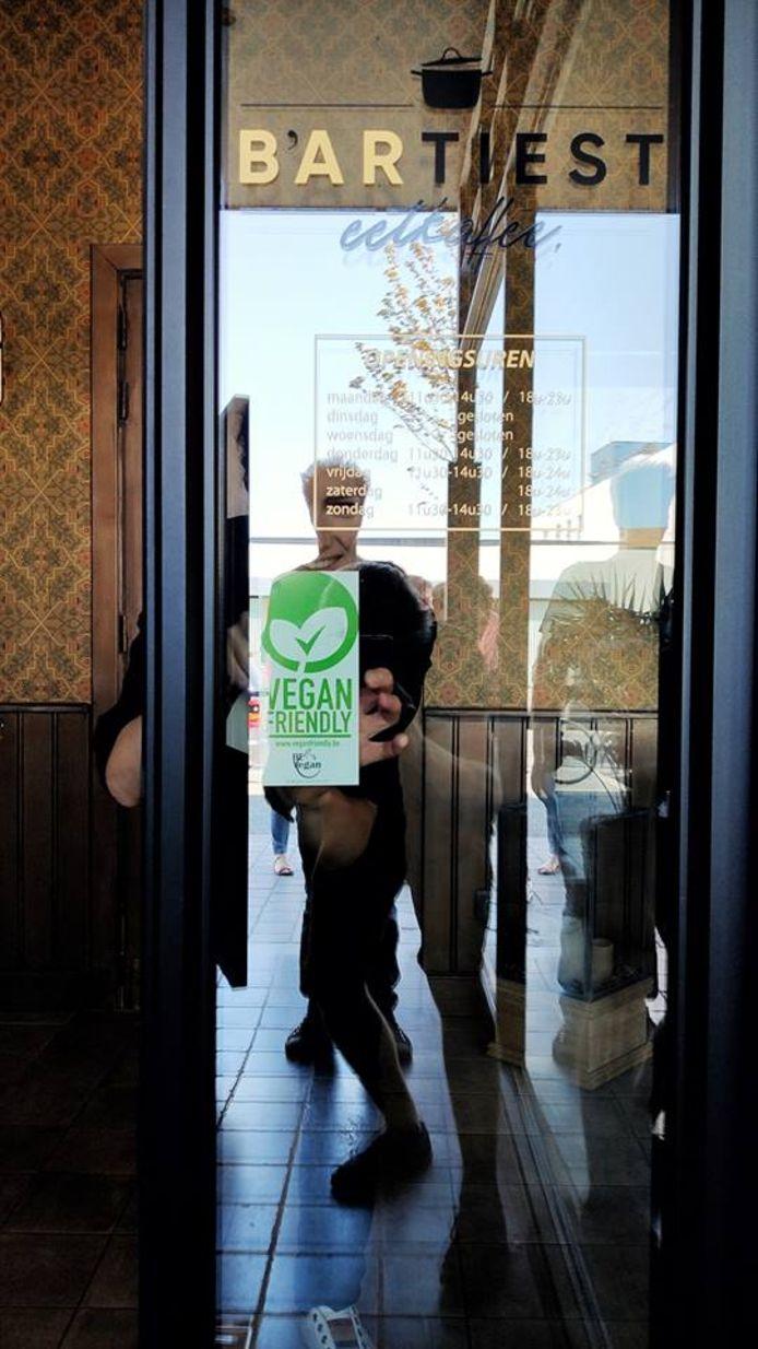 Restaurant B'artiest ontving de vegan friendly-sticker.