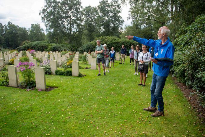Rondleiding op de Canadese begraafplaats Holten
