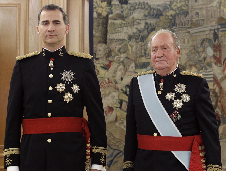 De Spaanse koning Felipe VI (l) en zijn vader, oud-koning Juan Carlos, in juni 2014, tijdens de kroning van Felipe. Het lukte meesteroplichter Francisco Iglesias bij die ceremonie aanwezig te zijn. Beeld Brunopress