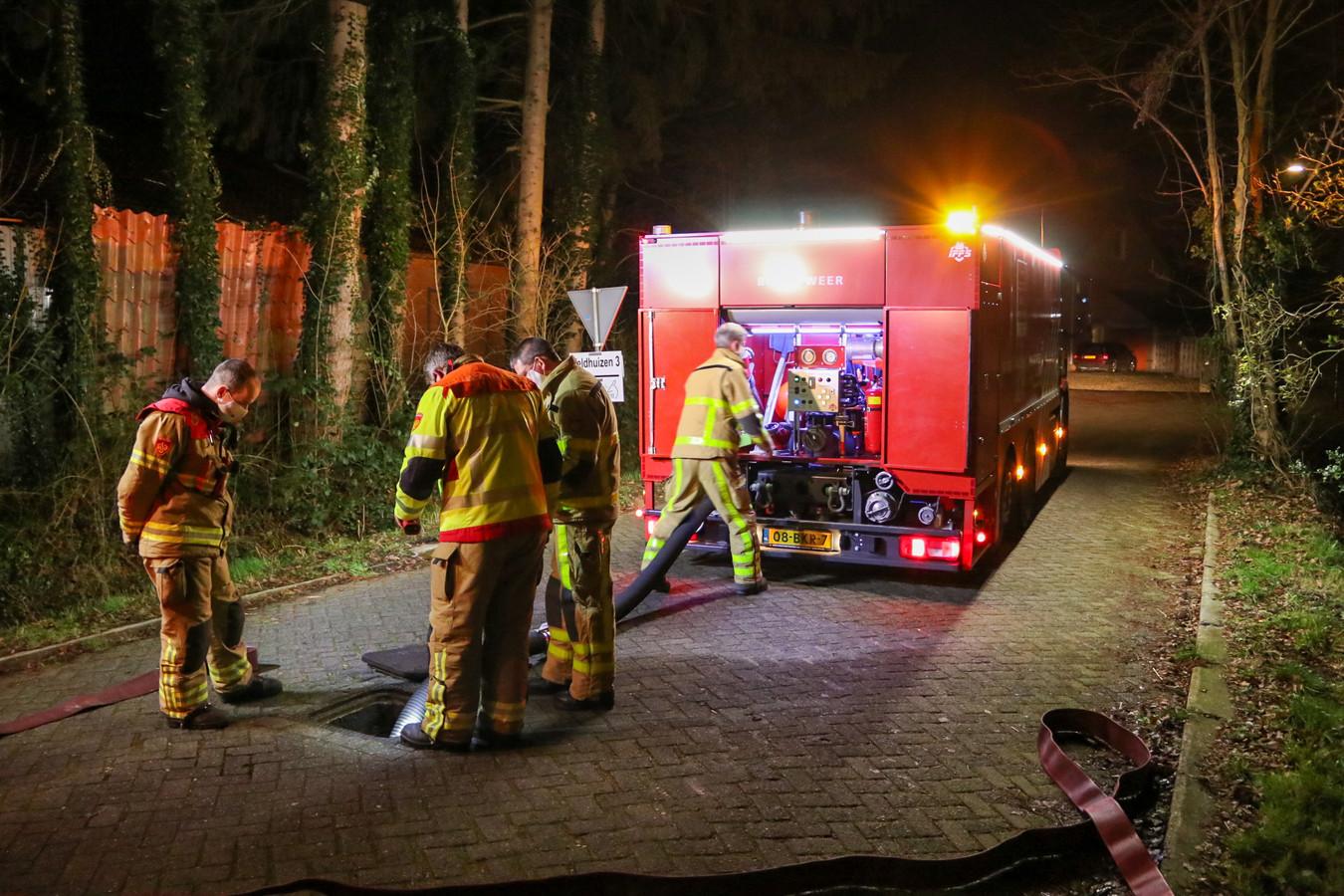 Brandweer pompt water door riool om benzinelucht te lozen in Loenen.