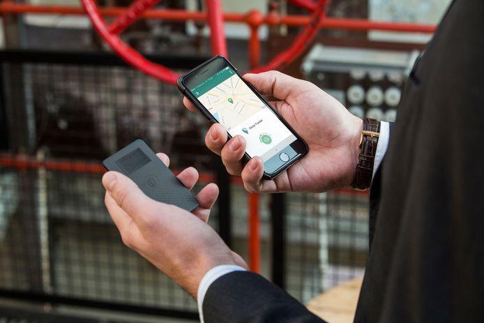 Een kaart zendt een signaal uit naar je mobiele telefoon, waarmee een zoekgeraakte portemonnee gemakkelijk terug te vinden is.