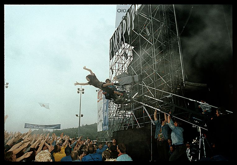 Eddie Vedder springt het publiek in. Beeld William Rutten