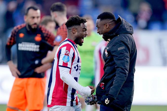 Elton Kabangu (rechts) viert met ploeggenoot Che Nunnely de overwinning op PSV.