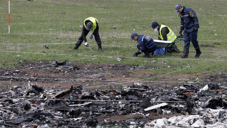 Onderzoekers bij de plek waar de MH17 neerstortte. Beeld epa