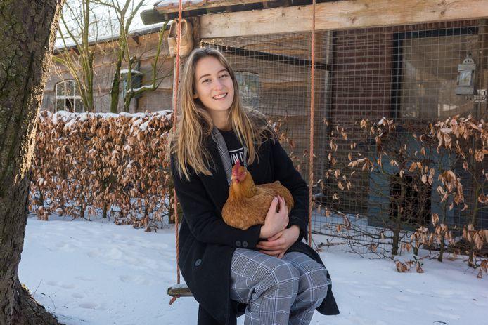 Caatje Kluskens, hier met kip Lola op haar schoot.
