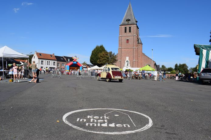 Het kerkplein van Overslag met de Onze-Lieve-Vrouw Geboortekerk.
