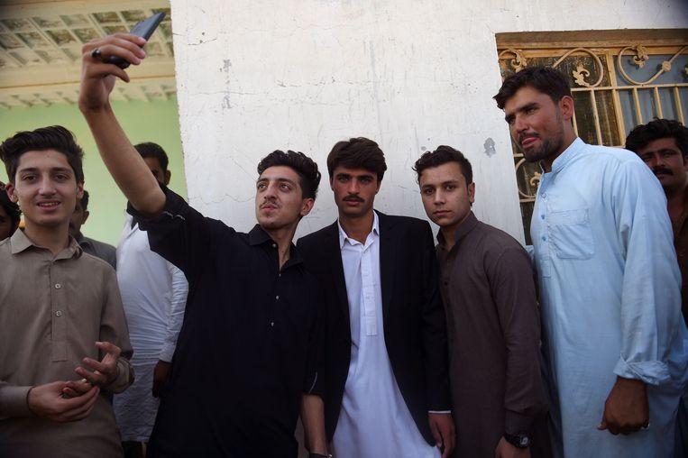 Mensen willen met Arshad Khan op de foto. Beeld AFP