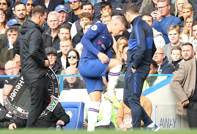 Ross Barkely legt aan Frank Lampard uit waar het pijn doet.