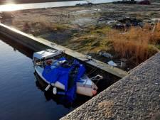 Twee doden in Haags bootje: blikjes Pools bier en etensresten is alles dat herinnert aan drama