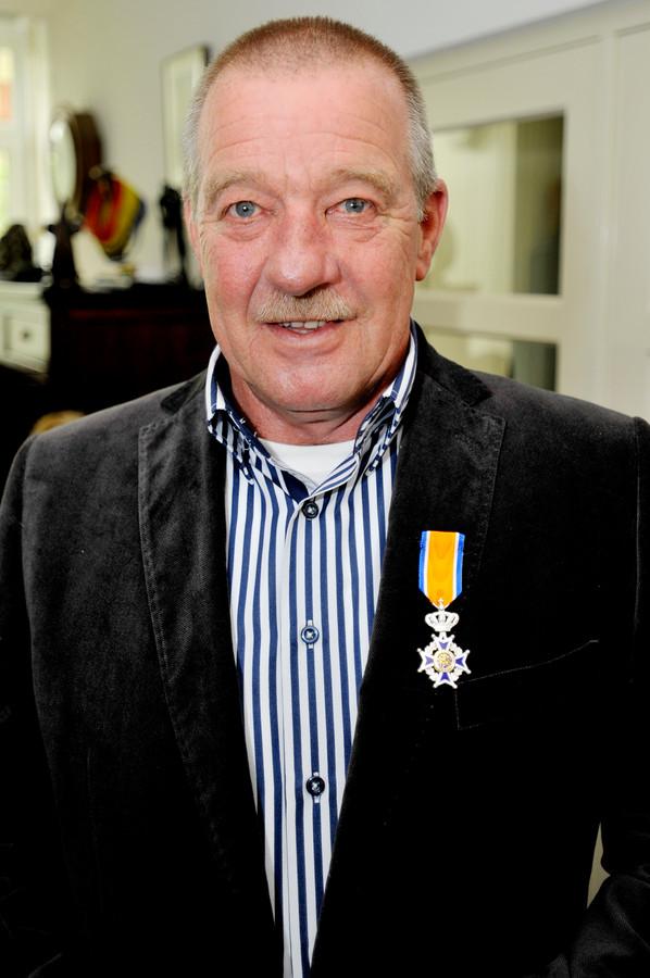 Hennie Schuurs verzette veel vrijwilligerswerk waarvoor hij in 2012 benoemd werd tot Lid in de Orde van Oranje-Nassau.