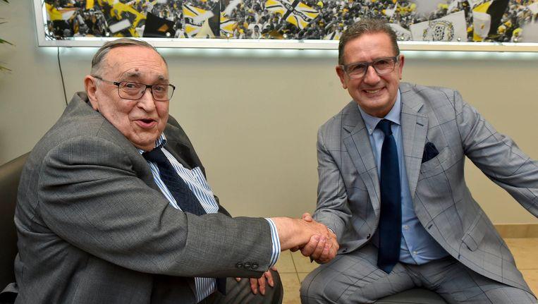 Voorzitter Roger Lambrecht stelt Georges Leekens voor als zijn nieuwe trainer Beeld PHOTO_NEWS