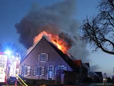 Boerderijwoning met rieten kap in Leerdam brandt volledig uit