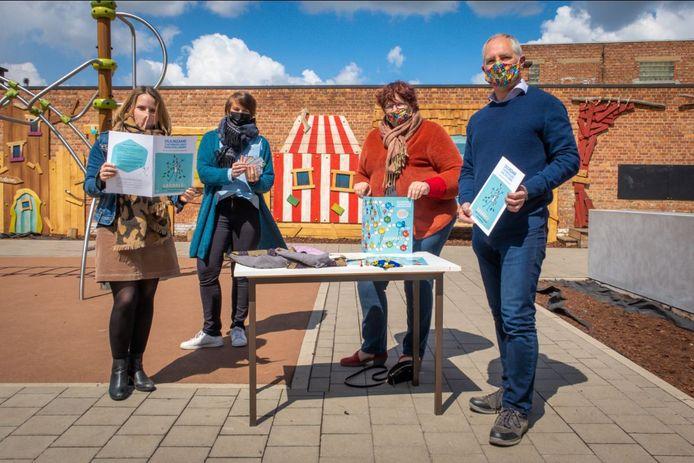 Basisschool De Ham kreeg het eerste exemplaar van het Mechelse SDG-bordspel. V.l.n.r.: Evi Lauwers (directeur ad interim), Ann Verbruggen (leerkracht zesde leerjaar), Marina De Bie (schepen van mondiaal beleid, duurzaamheid en onderwijs) en Manfred Aendenboom (lid Mondiale Raad Mechelen).