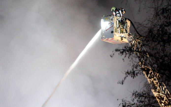De brandweer zette een hoogwerker in op de brand te bestrijden.