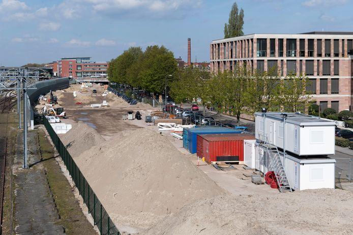 Het terrein langs de Maijweg waar voorheen het huisje stond. Nu wordt er gewerkt aan een parkeergarage.