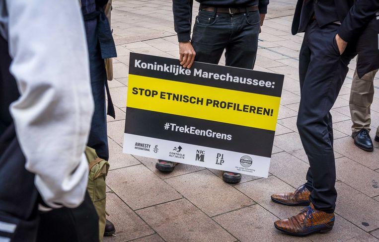 Deelnemers van de organisatie Controle Alt Delete voorafgaand aan de uitspraak van de rechtbank of de Koninklijke Marechaussee zich schuldig maakt aan etnisch profileren. Beeld ANP
