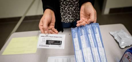 Almelose ondernemer Jan Abbink test personeel zelf op corona: 'Wachten op uitslag is te duur'