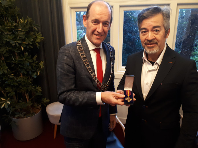 Burgemeester Sander Schelberg overhandigde de medaille aan kleinzoon Lex de Hoog van KNIL-militair Jan de Hoog.