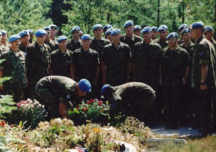 De leden van het 13 infanterie bataljon van de Bravo Compagnie, waar Raviv van Renssen deel van uitmaakte, bezochten in 1995 zijn graf op de begraafplaats van Loenen.