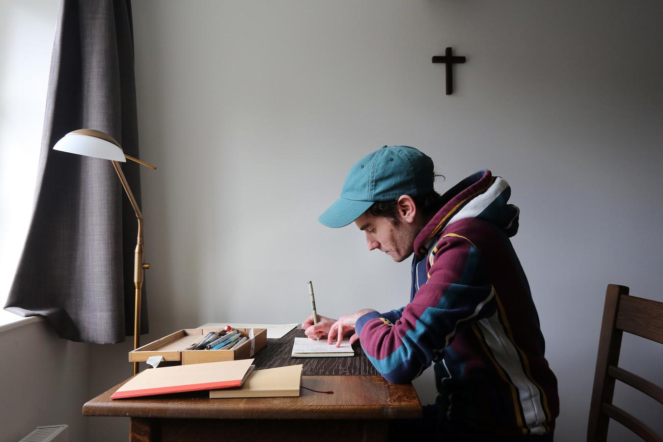 Volbeda aan het werk in zijn kloosterkamer.