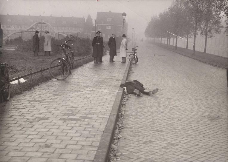 Haarlem, 25 oktober 1944. De 'foute' politieman Fake Krist is door het verzet op de Westergracht in Haarlem doodgeschoten. Hij werkte voor de Sicherheitsdienst en was fanatiek in het opsporen van Joden, onderduikers en verzetsmensen. Beeld Fotograaf onbekend/Niod, Beeldbank WO2