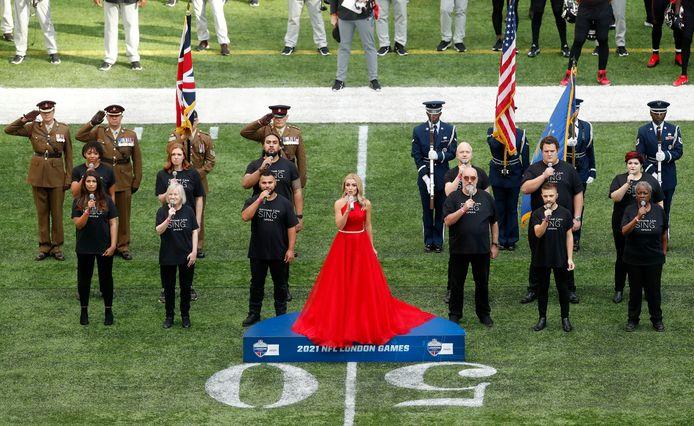 Katherine Jenkins zingt het volkslied.