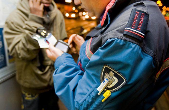Op twee tramlijnen nemen mobiele controleteams de rol van de conducteurs over.