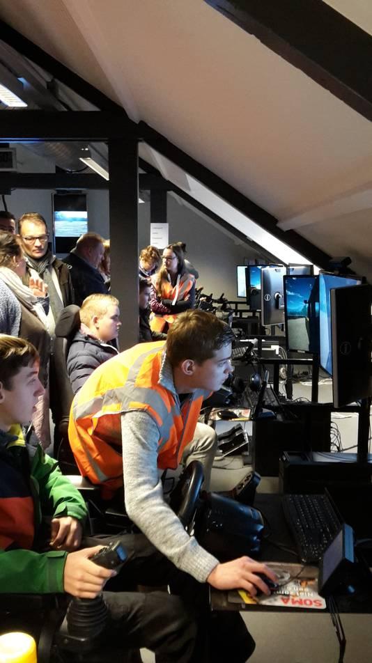 Veel interesse was er voor het lokaal met simulatoren, waar de toekomstige monteurs en machinisten zelf even konden proberen hoe het is om achter de hendels van zo'n grote machine te zitten.