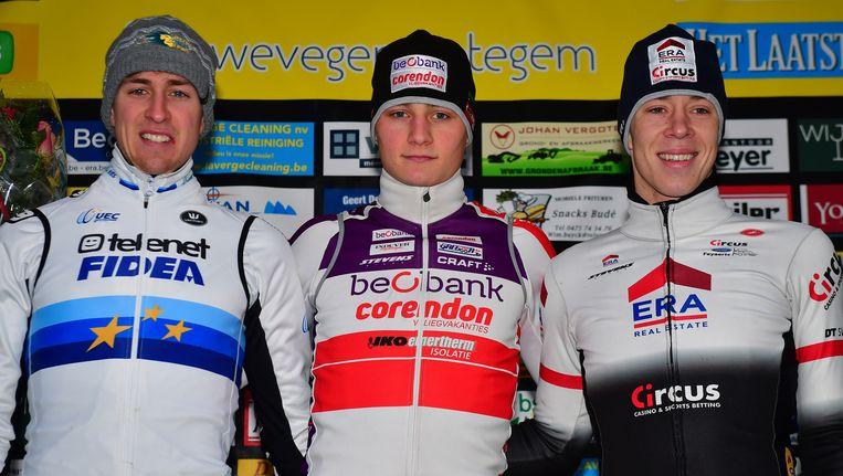 Het podium met naast Mathieu Van der Poel (m) ook Toon Aerts (l) en Laurens Sweeck (r) Beeld BELGA