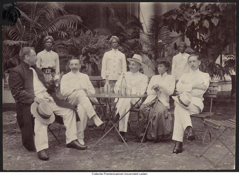 Koloniaal gezelschap op Java, met op de achtergrond drie bedienden. Periode 1924- 1928. Beeld Prentenkabinet Leiden