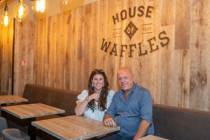 Julie en papa Dirk Van den Bossche in de gloednieuwe House Of Wafels op de Handschoenmarkt.