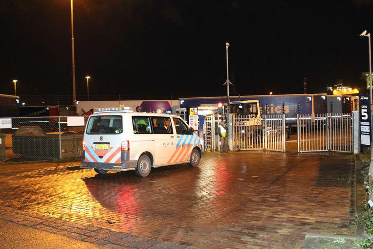Politie en ambulances in de Vulcaanhaven in Vlaardingen. Beeld ANP