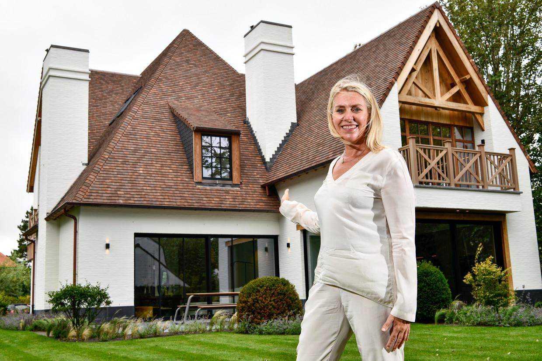 An Willemyns voor één van de panden die ze in de aanbieding heeft: villa in Konijnendreef, €4,79 miljoen. Beeld Florian Van Eenoo Photo News