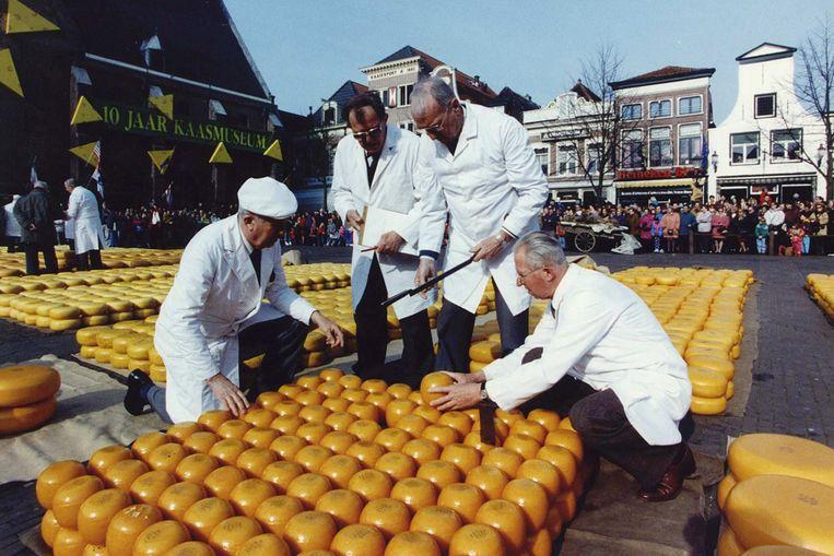 Keurmeesters keuren Edammer kazen op de kaasmarkt in Alkmaar in 1993 (ANP) Beeld