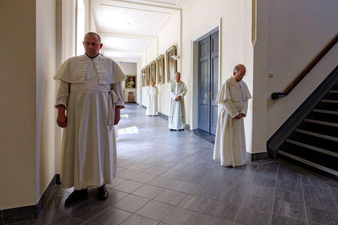 De middagviering met de norbertijnen in de kapel, de broeders stellen zich op voor binnentreding.