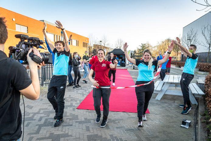 De finish van de estafettetocht, vlnr Ted van de Kerkhof, Eline Sanders en Kim Goverde.