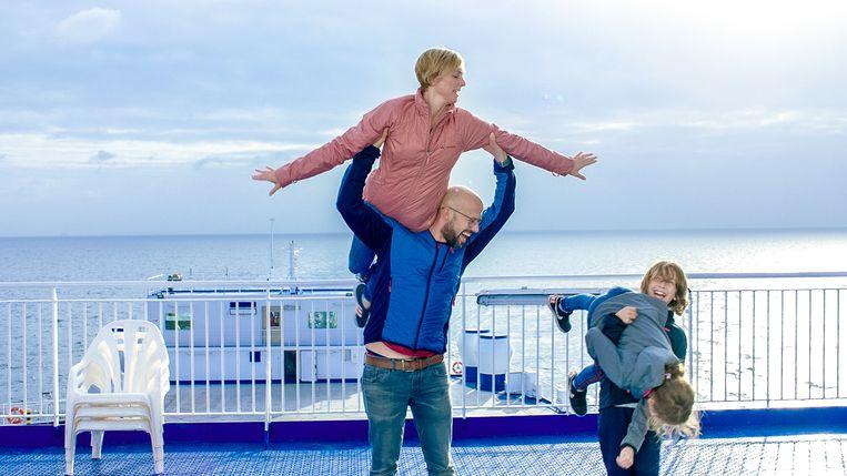 Beetje dollen op de veerboot naar Zweden: Staf en Monique leerden elkaar kennen tijdens Dancing On Ice in 2006 en zijn duidelijk de 'moves' nog niet vergeten. Beeld VTM