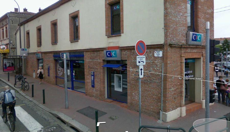 De bank in Toulouse waar de gijzeling aan de gang is