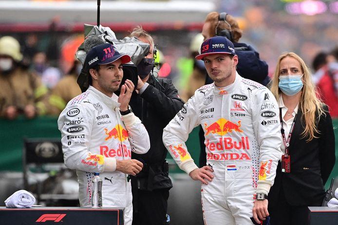 Max Verstappen (r) en collega Sergio Perez.
