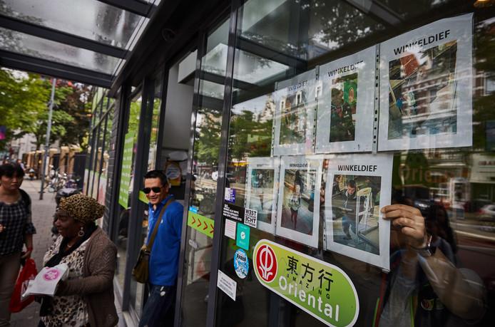 Op de ruiten van Amazing Oriental op de West-Kruiskade in Rotterdam is een wall of fame te vinden: een reeks foto's van winkeldieven die de Aziatische supermarkt plagen.