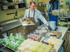 Daar gaat het culinaire hapje in het plastic bakje: Even slikken voor chef-koks van toprestaurants