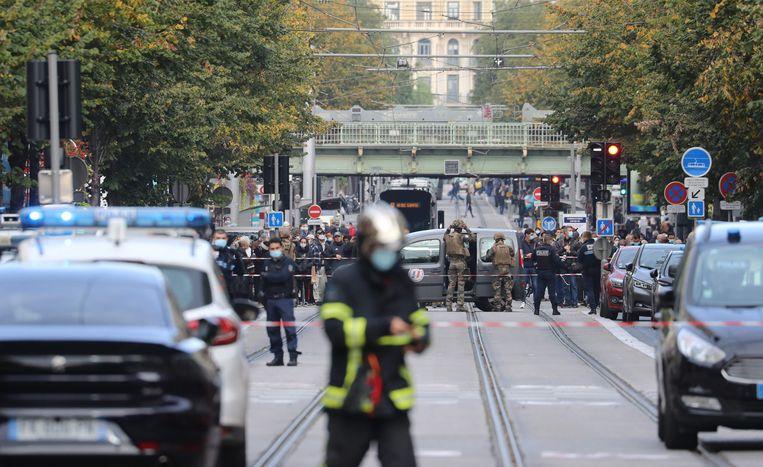 Politiemensen en militairen hebben donderdag in Nice de omgeving van de basiliek afgezet waar eerder die ochtend drie mensen door een vermoedelijke terrorist zijn gedood.  Beeld AFP